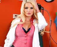Порно молоденькой докторши в чулках с пациентом - 1