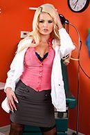 Порно молоденькой докторши в чулках с пациентом #1