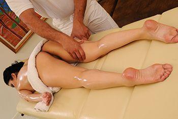 Смотреть нежный секс молодой брюнетки с массажистом