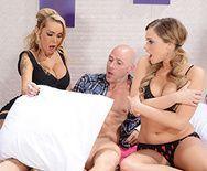 Смотреть секс втроем с молоденькими блондинками - 2