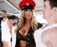 Смотреть горячий секс со стройной блондинкой в сексуальной униформе - 1
