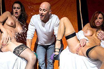 Горячее порно лысого с кончающими лесбиянками в чулках