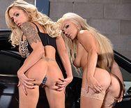 Смотреть как очаровательные блондинки развлекаются с секс игрушками в машине - 1