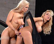 Смотреть как очаровательные блондинки развлекаются с секс игрушками в машине - 5