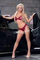 Смотреть как очаровательные блондинки развлекаются с секс игрушками в машине #1