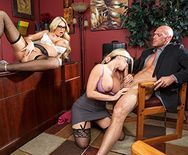 Красивый секс втроем с сексуальными блондинками в чулках - 2