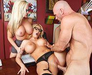 Красивый секс втроем с сексуальными блондинками в чулках - 3