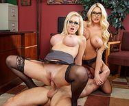 Красивый секс втроем с сексуальными блондинками в чулках - 4