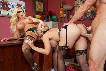 Красивый секс втроем с сексуальными блондинками в чулках