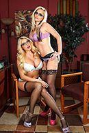 Красивый секс втроем с сексуальными блондинками в чулках #1
