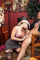 Красивый секс втроем с сексуальными блондинками в чулках #3