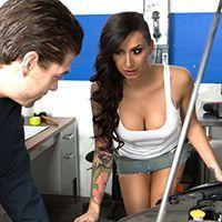 Горячий секс татуированной брюнетки с механиком в гараже