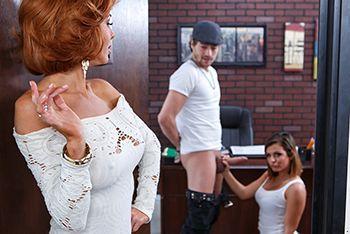 Смотреть порно развратная мамашка с дочкой оседлали парня