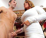 Страстный секс похотливого мужика с пышногрудой блондинкой и горячей брюнеткой - 1