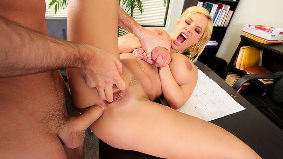 Смотреть жесткий анал со взрослой блондинкой в офисе