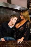 Смотреть жаркое порно с пышной мамашкой на большой кровати #2