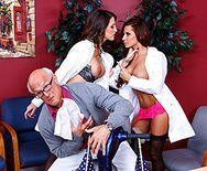 Безумный секс пациента с двумя сексуальными медсестрами в чулках - 1