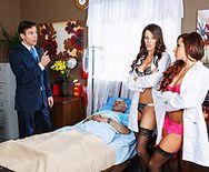 Безумный секс пациента с двумя сексуальными медсестрами в чулках - 2