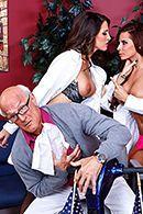 Безумный секс пациента с двумя сексуальными медсестрами в чулках #2