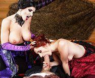 Малефисента с рыжей красоткой устроили секс втроем - 2