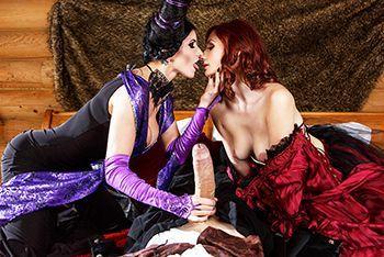 Малефисента с рыжей красоткой устроили секс втроем