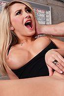 Горячее порно с блондинкой с упругими сиськами #3