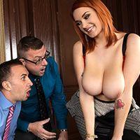 Порно с рыжей молоденькой красоткой с огромными сиськами в офисе