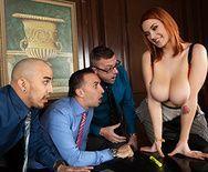 Порно с рыжей молоденькой красоткой с огромными сиськами в офисе - 1