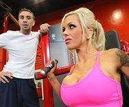 Порно тренера со стройной мамашкой в спортзале - 1