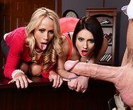 Смотреть секс втроем директора со зрелой блондинкой и школьницей - 1