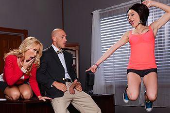 Смотреть секс втроем директора со зрелой блондинкой и школьницей