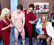 Порно зрелой докторши с молодым пациентом в палате - 1