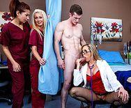 Порно зрелой докторши с молодым пациентом в палате - 2