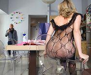 Смотреть анальный трах с сексуальной блондинкой в чулках - 2