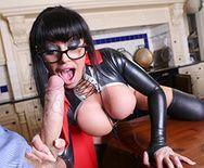 Порно с пышногрудой брюнеткой в латексном эротическом костюме - 2