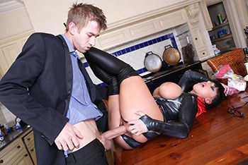 Порно с пышногрудой брюнеткой в латексном эротическом костюме