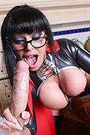Порно с пышногрудой брюнеткой в латексном эротическом костюме #3