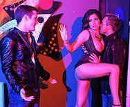 Жаркий секс со жгучей брюеткой в клубе - 1