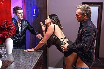 Жаркий секс со жгучей брюеткой в клубе