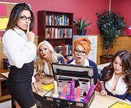 Анальный трах сексуальной брюнетки с учителем на столе - 1