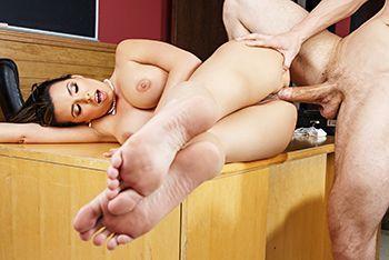 Анальный трах сексуальной брюнетки с учителем на столе