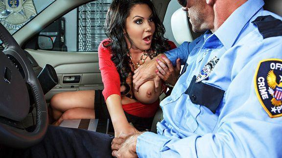 Горячее порно копа с пышной ненасытной брюнеткой в машине