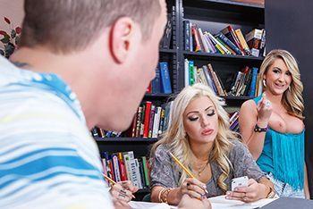 Секс очаровательной сексуальной блондинки в библиотеке