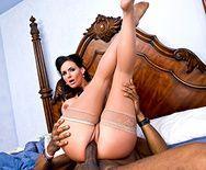 Межрасовый секс горячей брюнетки с негром - 5