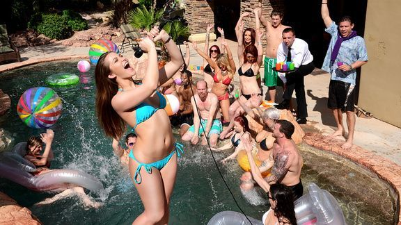 Вечеринка у бассейна закончилась страстным групповым сексом