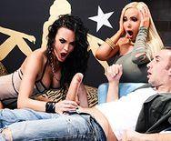 Ненасытные лесбиянки с большими сиськами устроили секс втроем - 1
