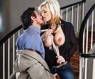 Вагинальный секс с пышногрудой мамашкой на лестнице - 1