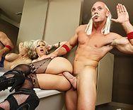 Порно со сногсшибательной блондинкой в туалете - 3