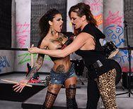 Смотреть красивый трах сексапильных татуированных лесбиянок со страпоном - 1