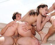 Секс втроем с красивой брюнеткой с натуральными сиськами на свежем воздухе - 4